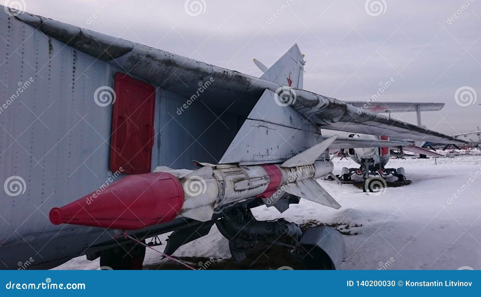 Gevechtshelikopters van Rusland op de straten bij het Museum van Monino