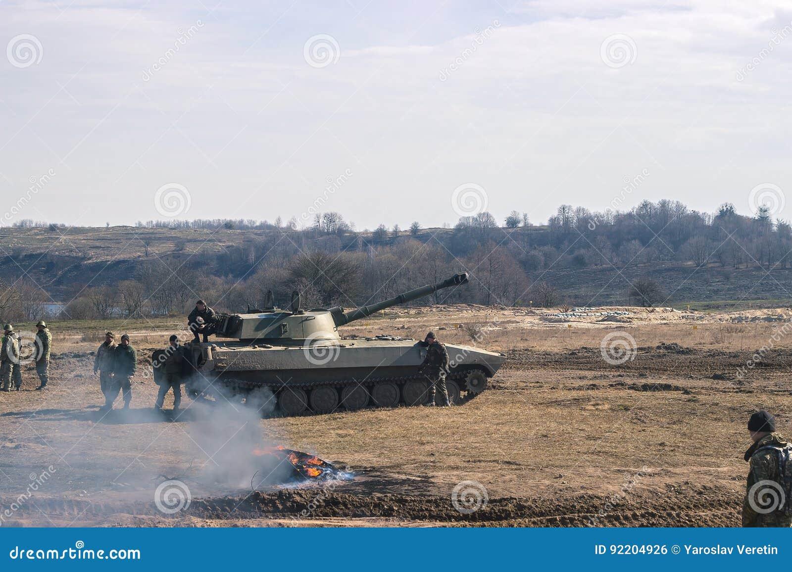 Gevechtstanks die zich in de woestijn bewegen NAVO van de oorlogsscène slagveld