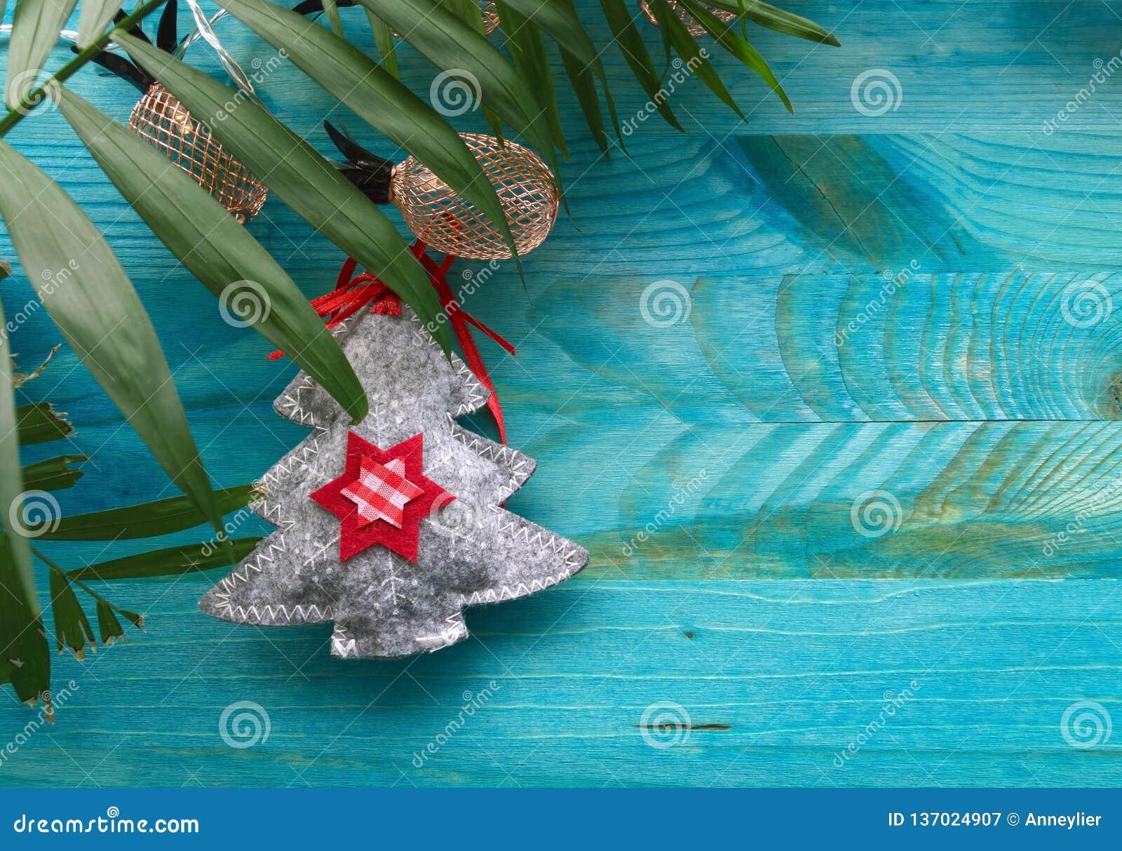 Gevoelde het palmblad en de ananasverlichtingslichten van de Kerstmisboom