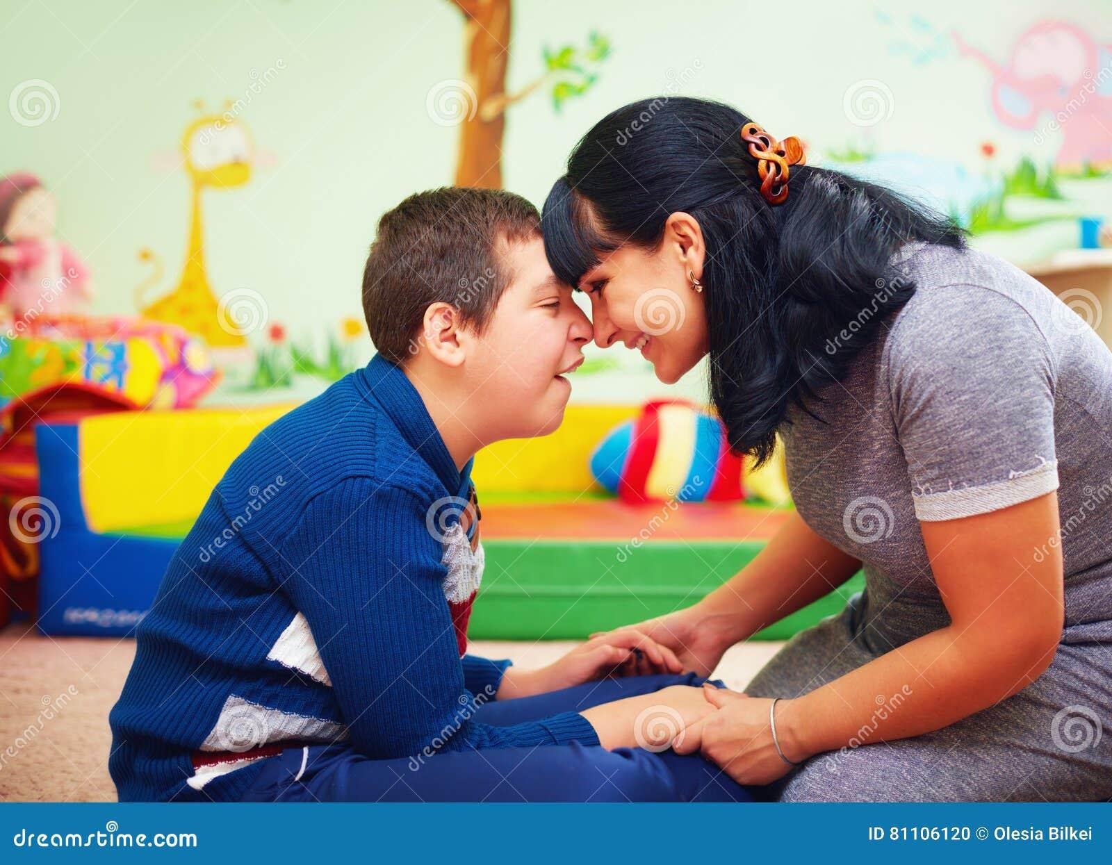 Gevoelvol ogenblik portret van moeder en haar geliefde zoon met handicap in revalidatiecentrum