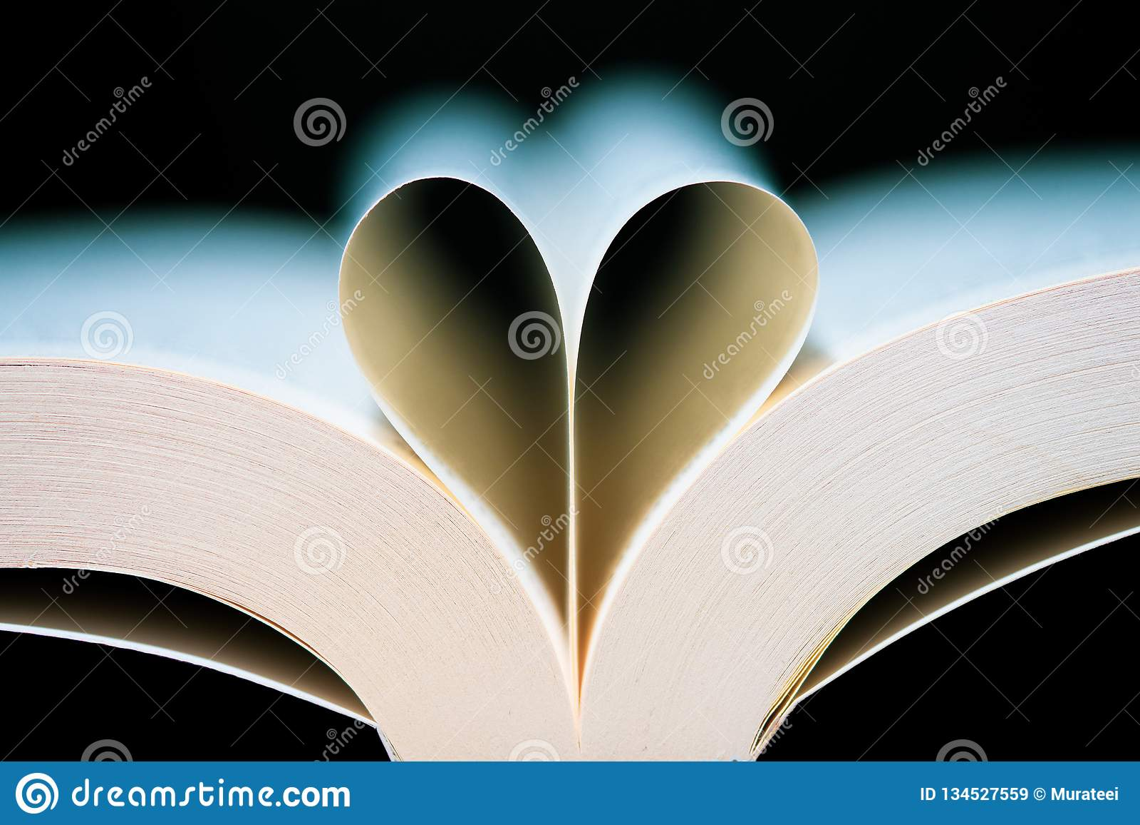 Gevormde het hart van boekpagina s