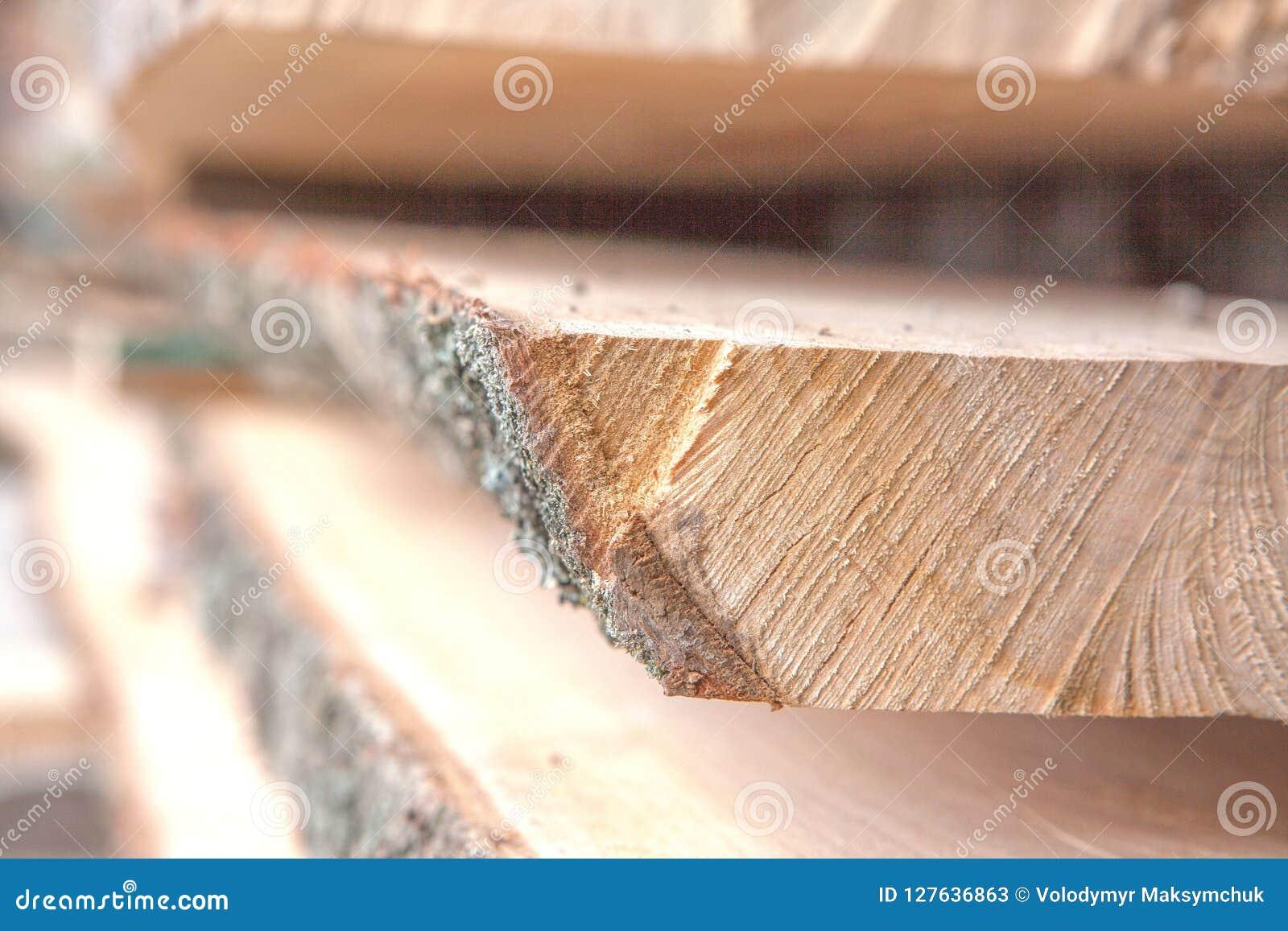 Gevouwen houten planken in een zaagmolen Opgestapelde raad als textuur