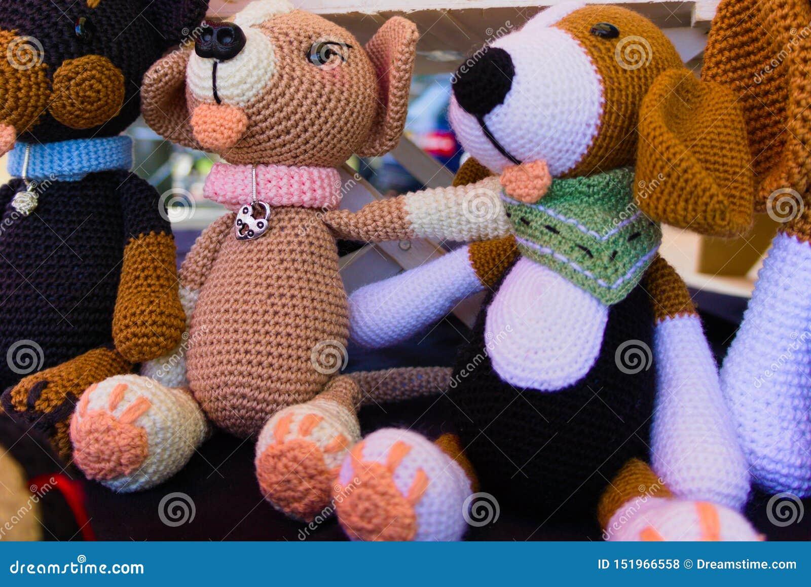 Gevulde die poppen op de straatmarkt worden verkocht
