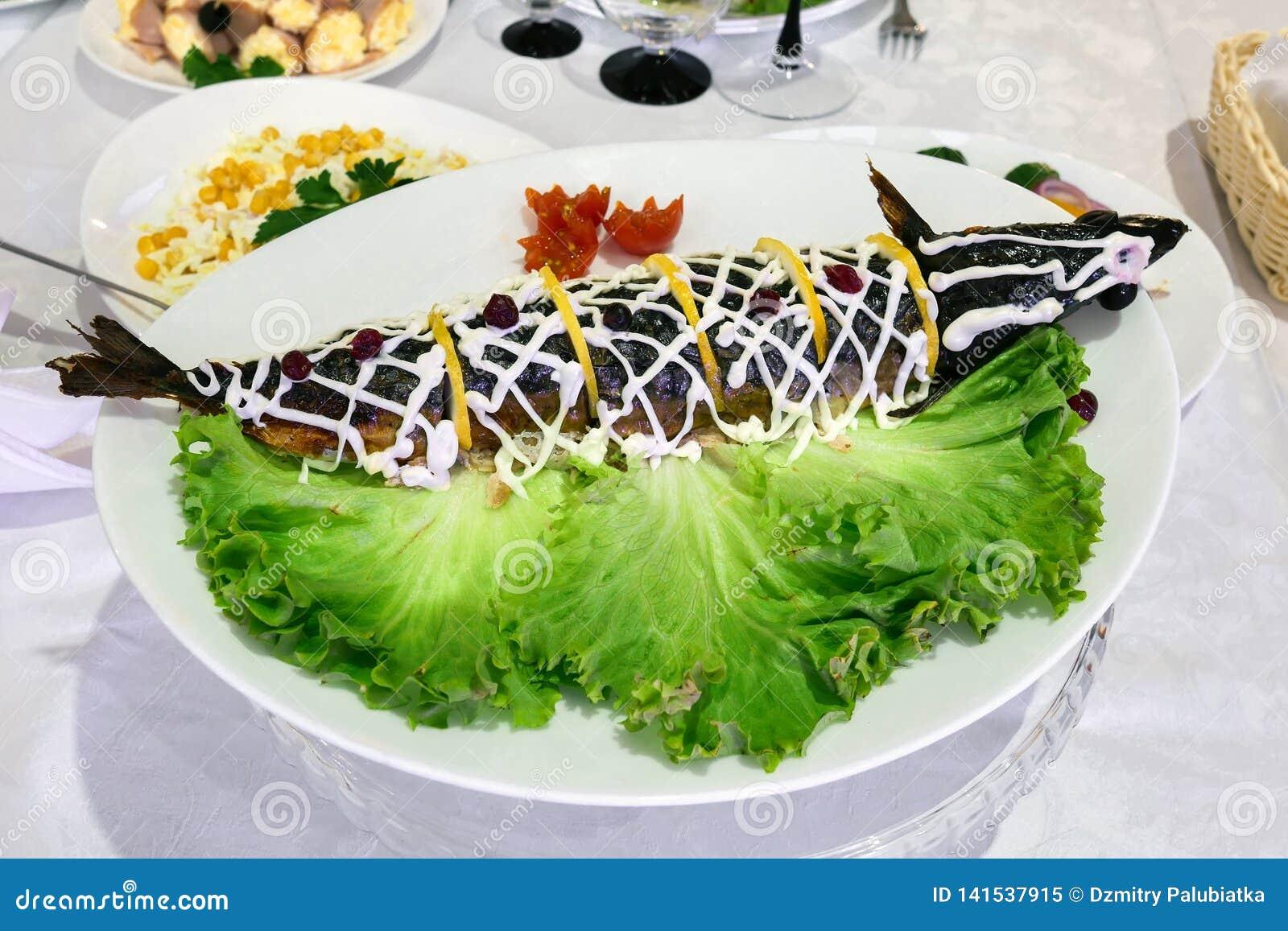 Gevulde vissen op een schotel Dien het plaatsen in