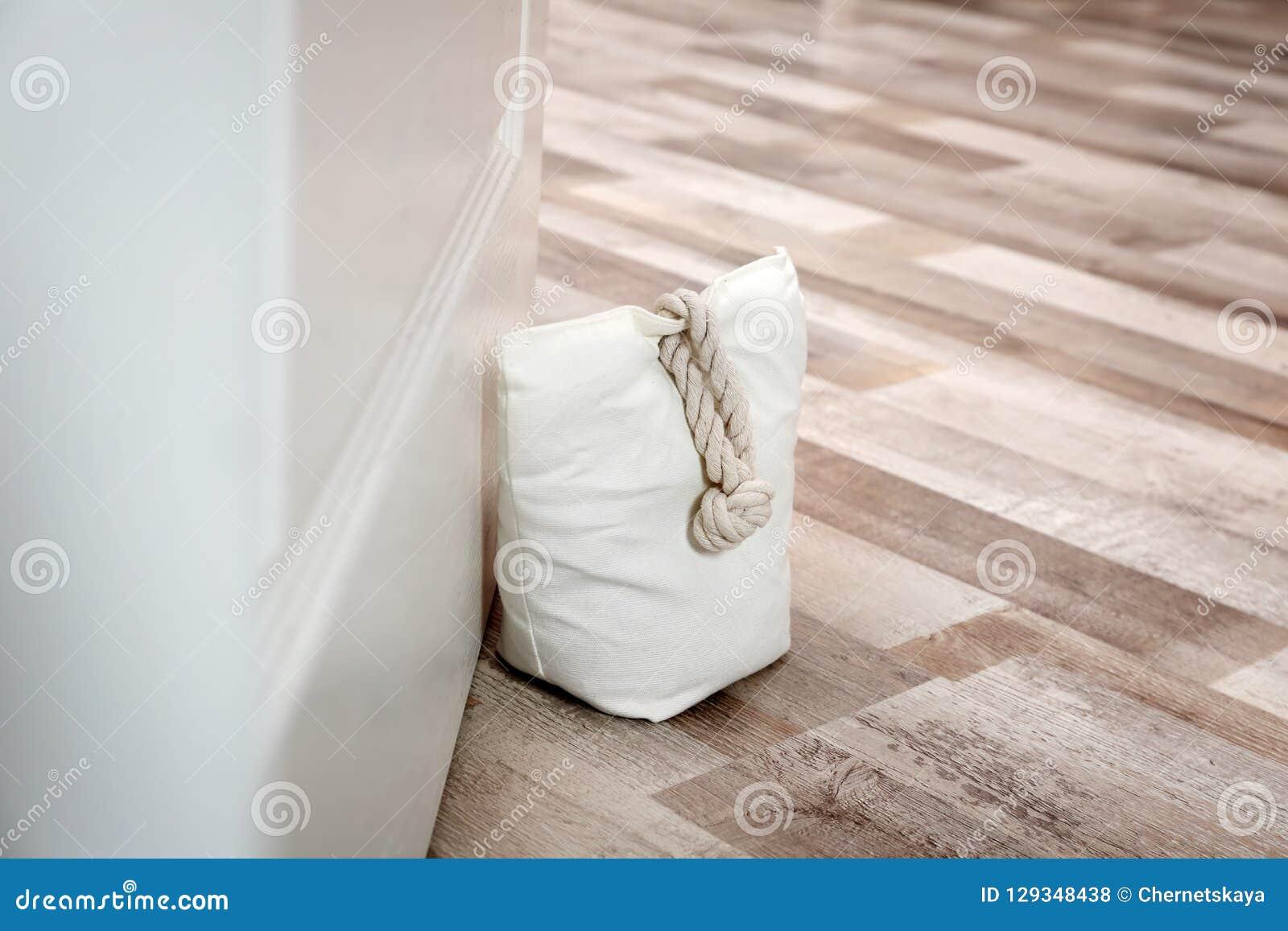 Gevulde zak die houten deur houden