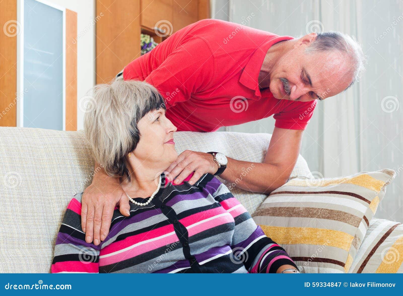 Gewöhnliche reife Paare im Haus