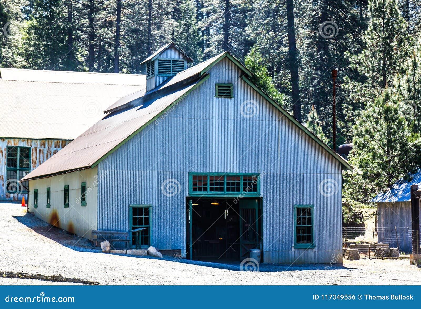 Gewölbtes Tin Building In Mining Operations