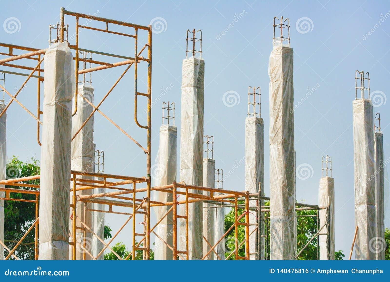 Gewapend beton stapels van de nieuwe woningbouw met duidelijke plastic omslag voor het houden van de temperatuur om de pool sterk