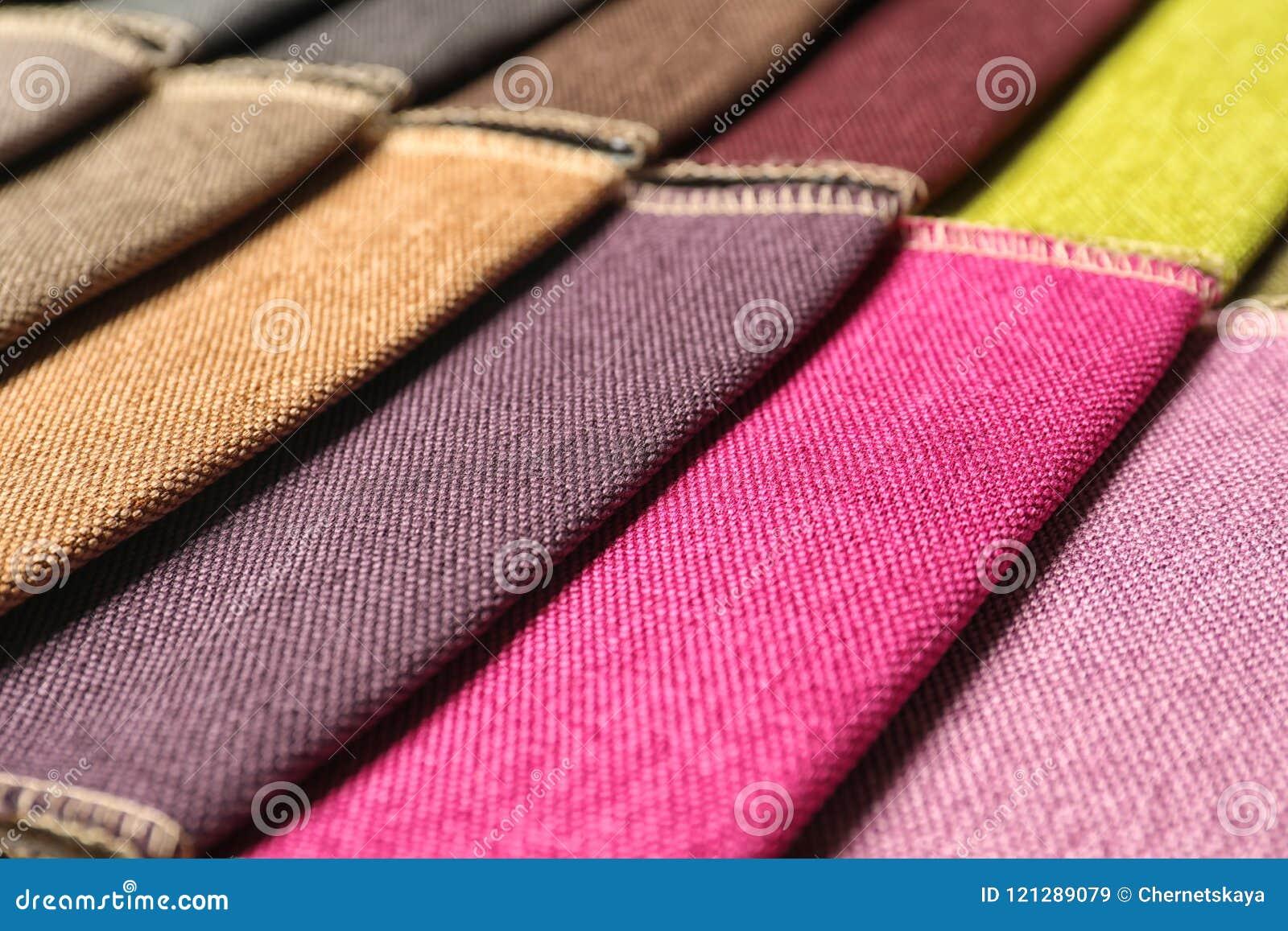 Gewebeproben von verschiedenen Farben für Innenarchitektur