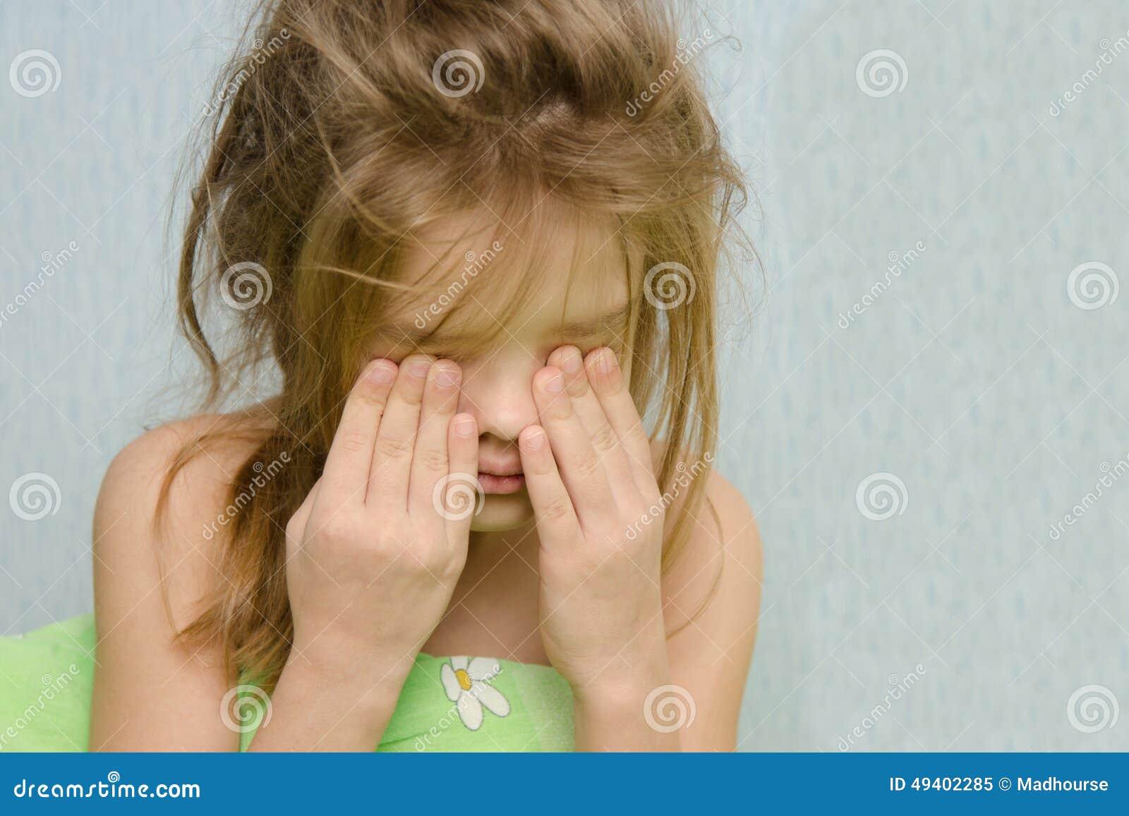 Download Gewecktes Mädchen, Das Schläfrige Augen Reibt Stockbild - Bild von schläfrig, rubbing: 49402285