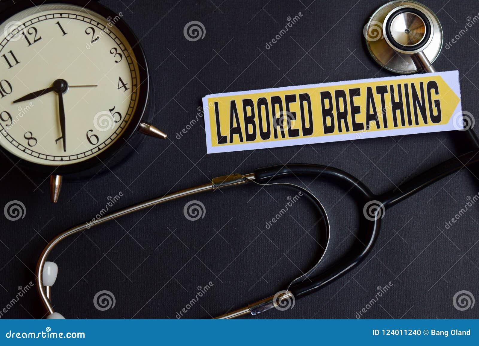 Gewerkte Ademhaling op het document met de Inspiratie van het Gezondheidszorgconcept wekker, Zwarte stethoscoop