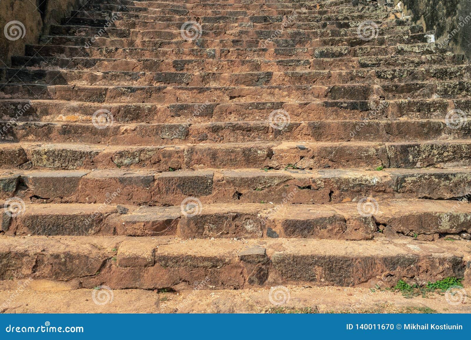 Geweven treden in oude stad in Sri Lanka Rode aarde op trede