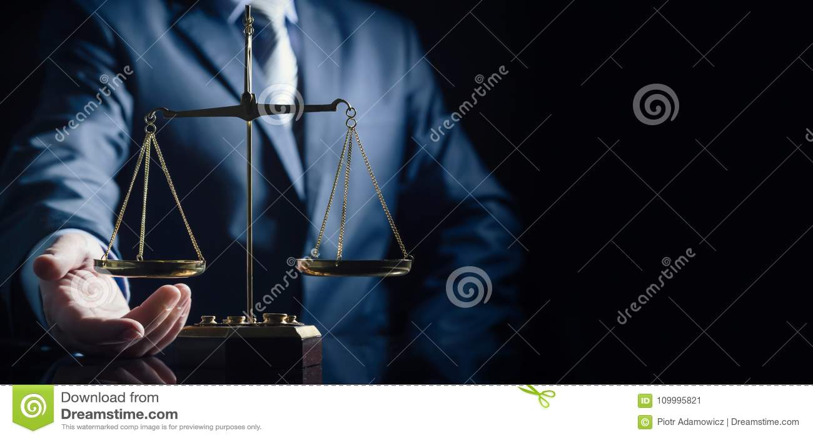 Gewichtsschaal van rechtvaardigheid, advocaat op achtergrond