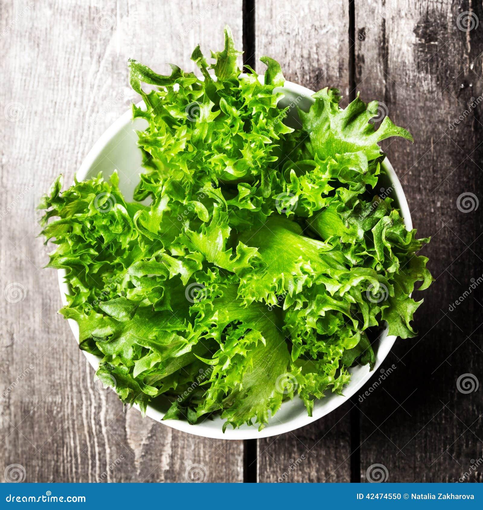 Gewichtsverlust-Salat über hölzernem Hintergrund Diät-Lebensmittel und gesundes