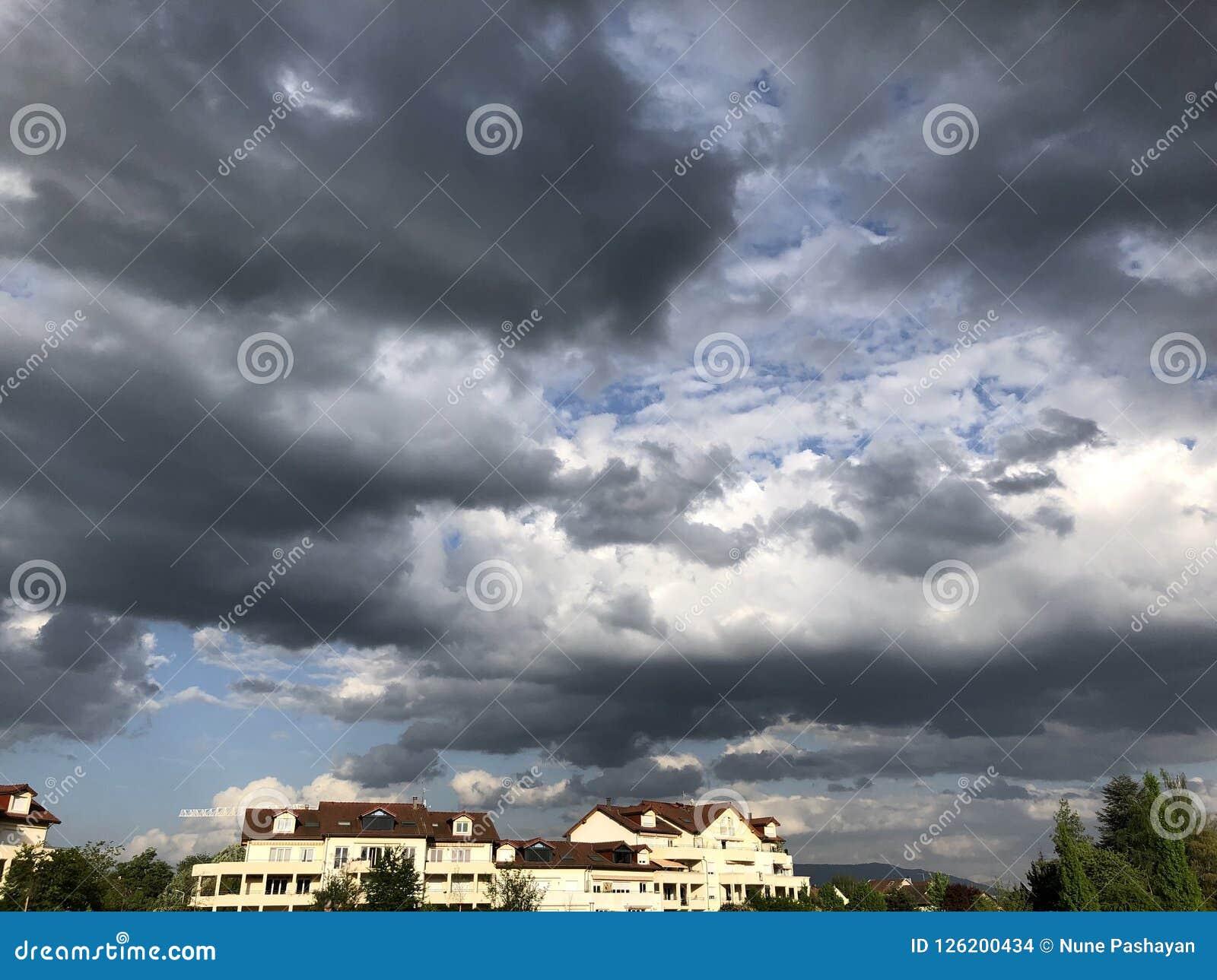 Gewitterwolken über den Häusern in Ferney-Volter