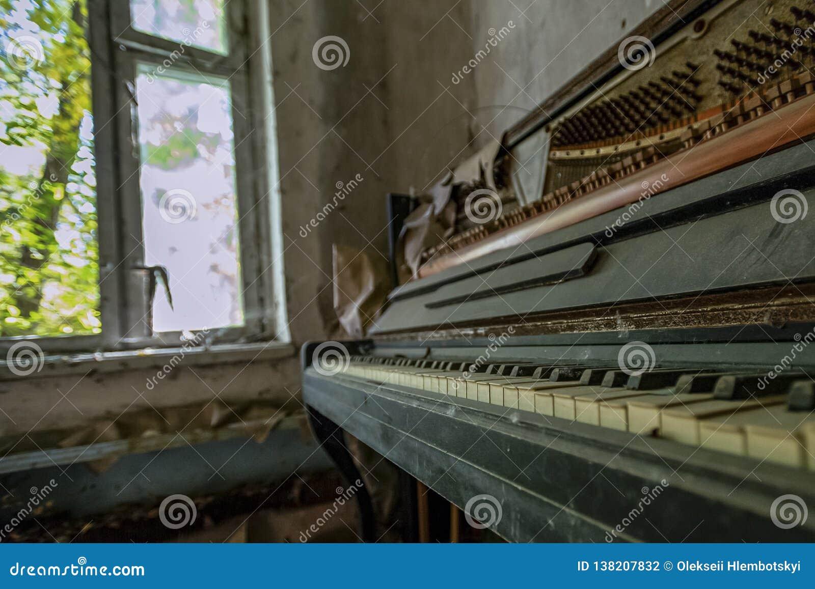 Geworfen einem Klavier in einer verlassenen Wohnung