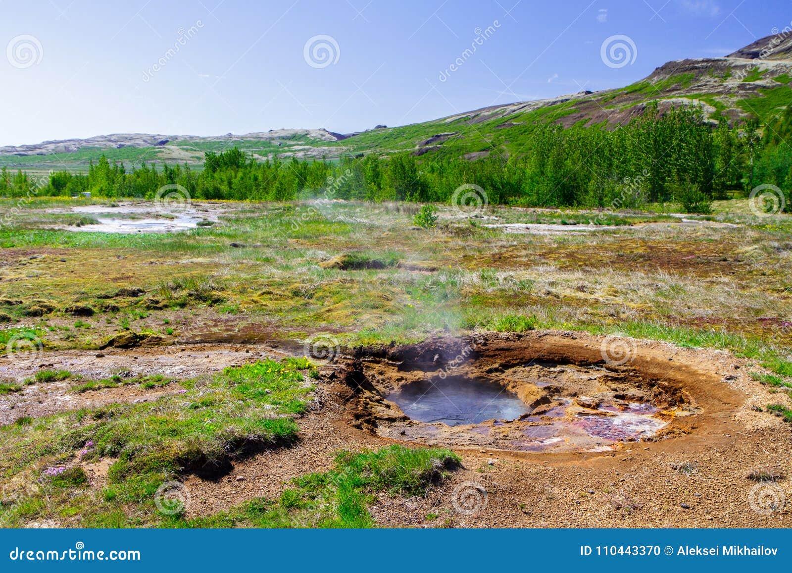 Geyser no período de calma perto do vulcão, o anel dourado em Islândia