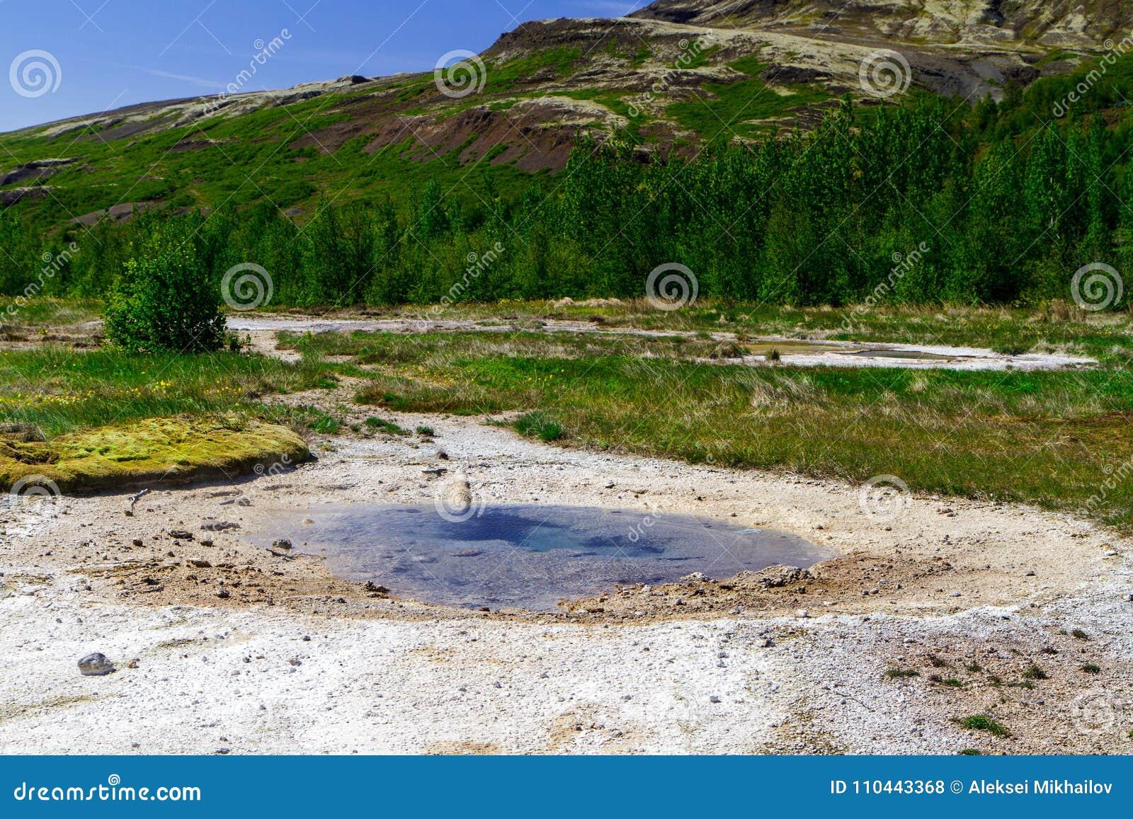 Geysir im Zeitraum von Ruhe, der goldene Ring in Island