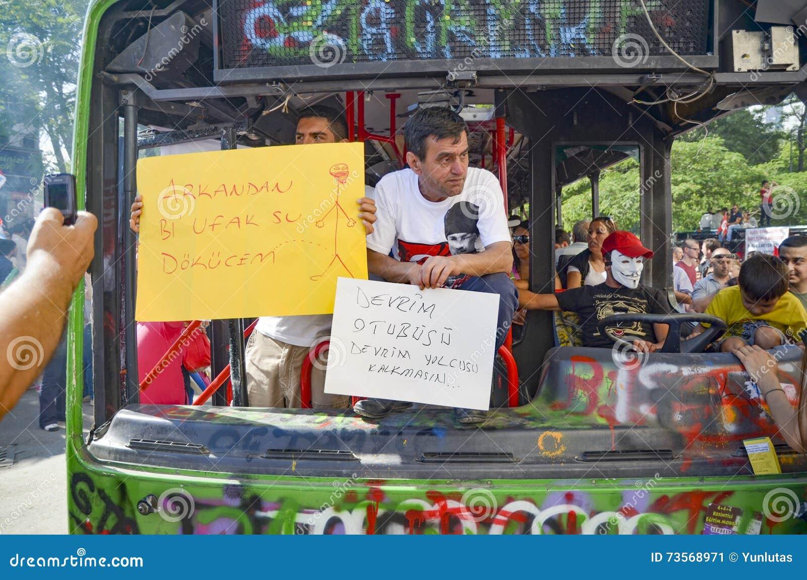Gezi parkerar protester Skadad offentlig buss som används som barrikaden
