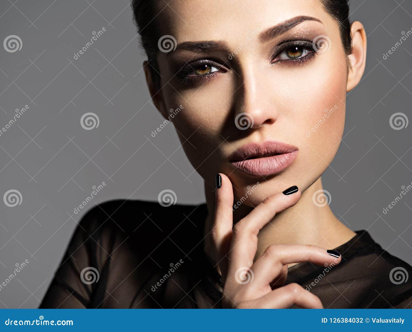 Gezicht van een mooi meisje met rokerige ogenmake-up