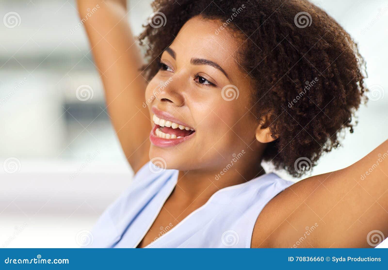 Gezicht van gelukkige Afrikaanse Amerikaanse jonge vrouw