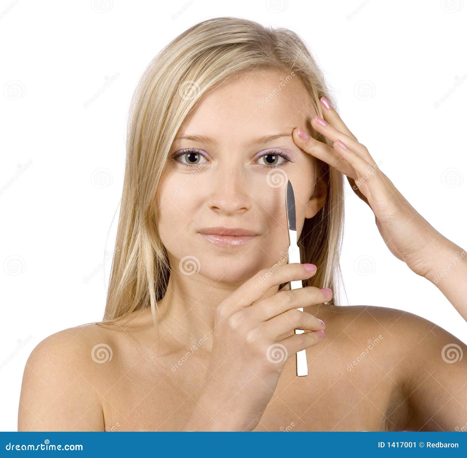 Gezicht van jonge blonde vrouw + scalpel in haar hand