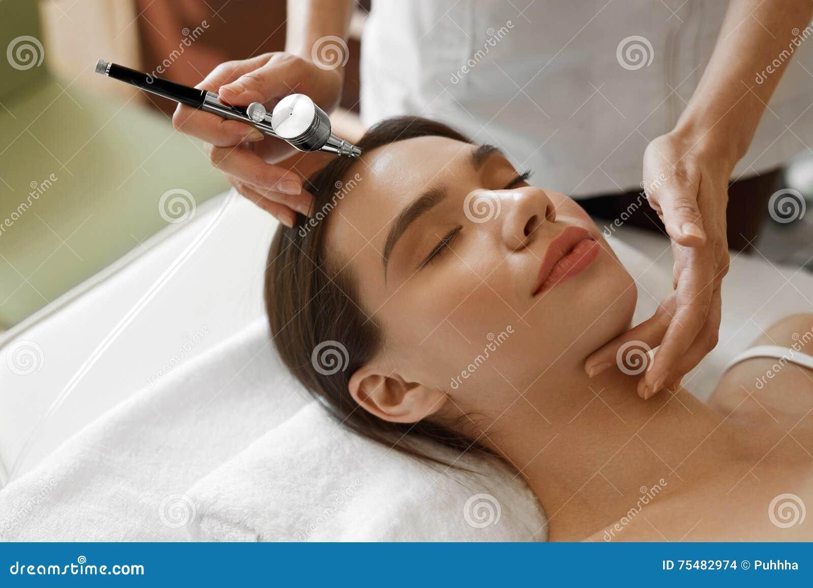 Gezichtsschoonheidsbehandeling Vrouw die de Schil van de Zuurstofhuid krijgen