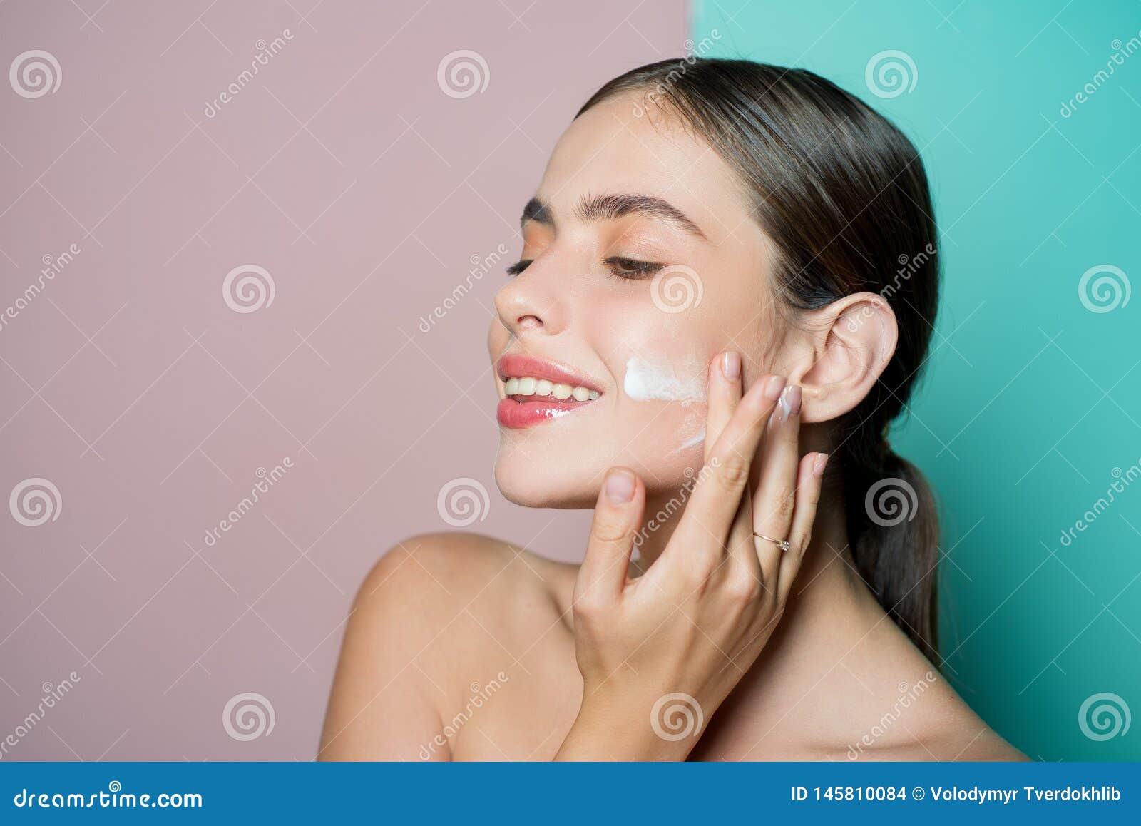 Gezichtszorg voor wijfje Houd huid gehydrateerde regelmatig bevochtigende room Vers gezond huidconcept Het nemen van goede zorg v
