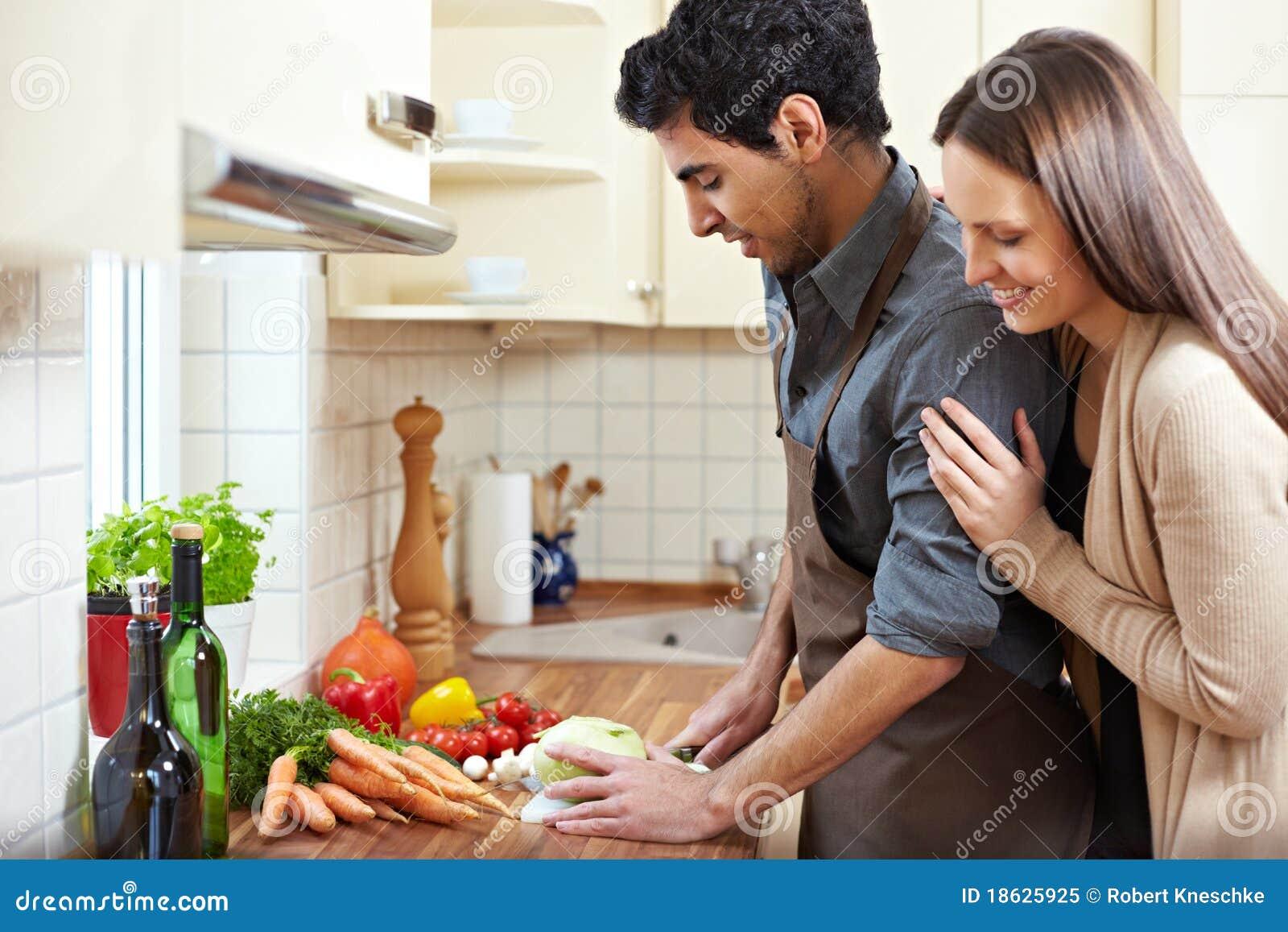 Gezinshulp die lunch voorbereidt