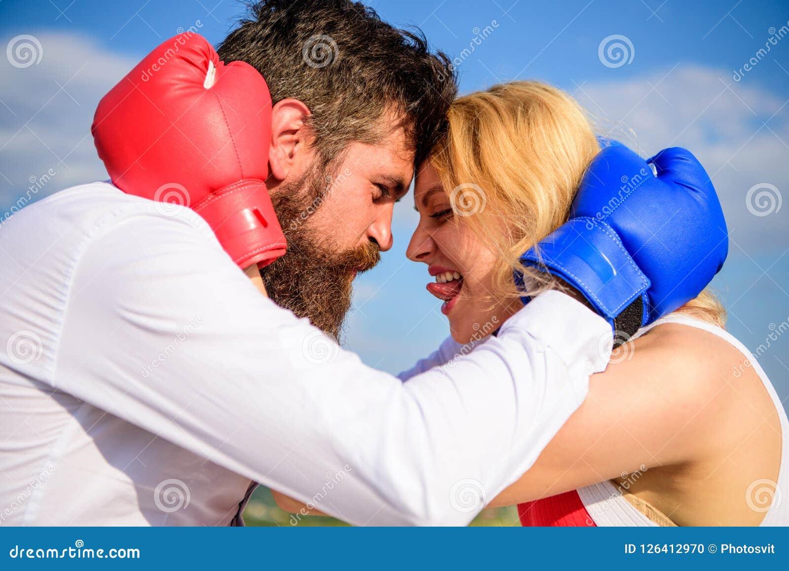 Gezinslevengeluk Verzoening en compromis Strijd voor uw geluk Mens en meisjesknuffel gelukkig na strijd
