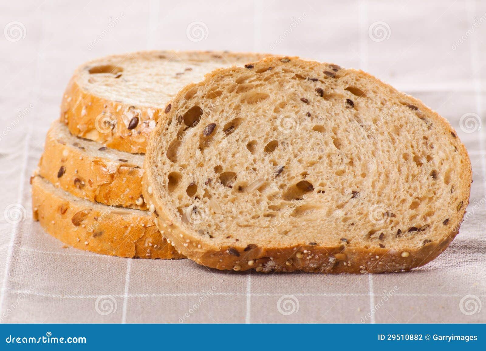 Gezond geheel korrel gesneden brood met zonnebloemzaden op bruin n