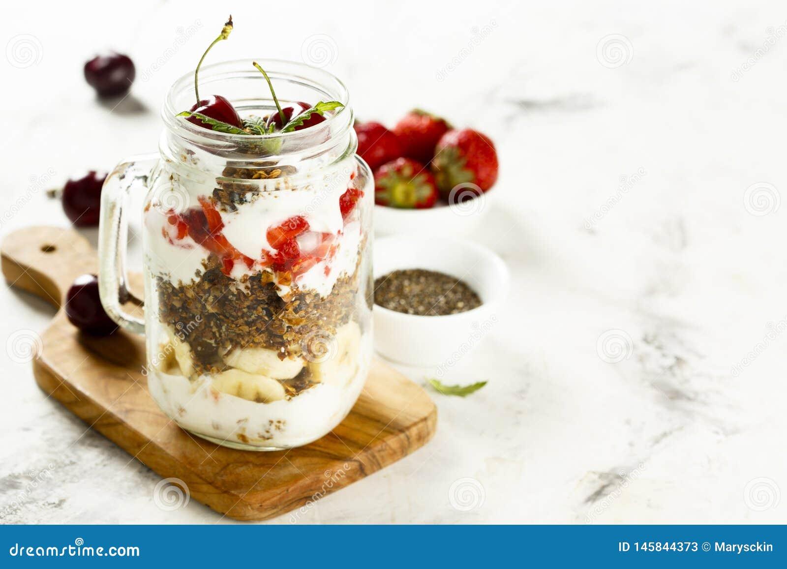 Gezond gelaagd dessert in de kruik