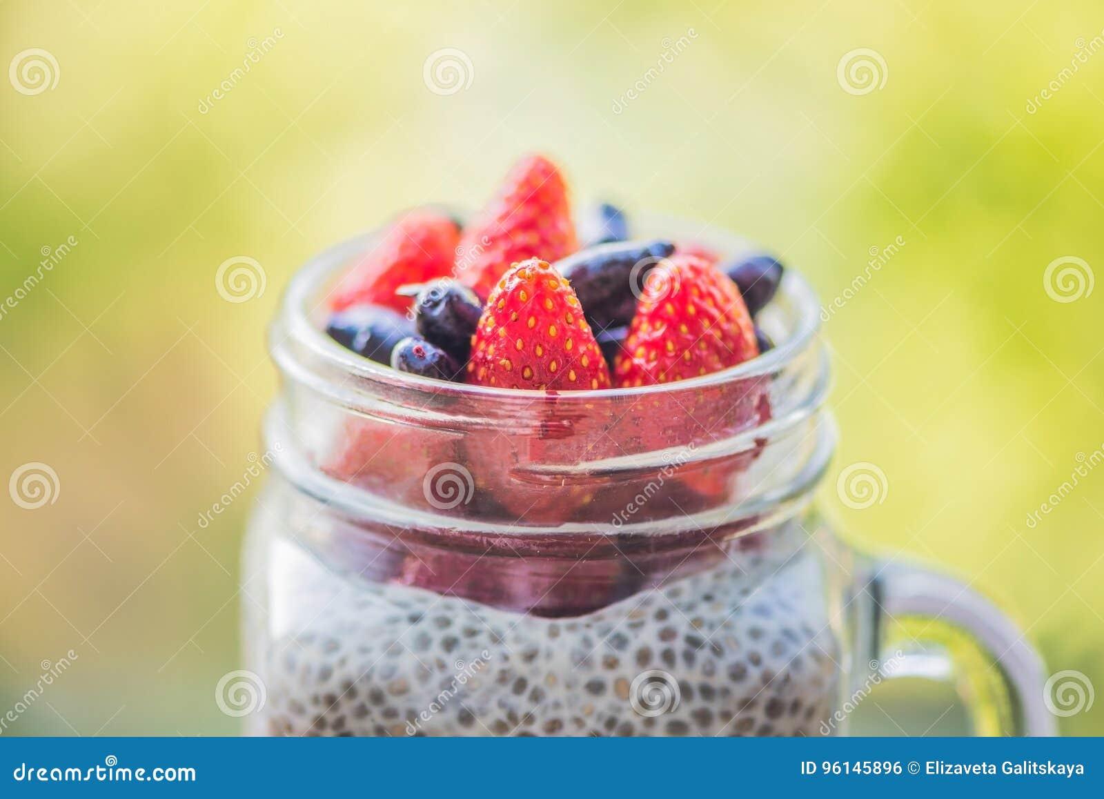 Gezond gelaagd dessert met chiapudding, aardbei en honing