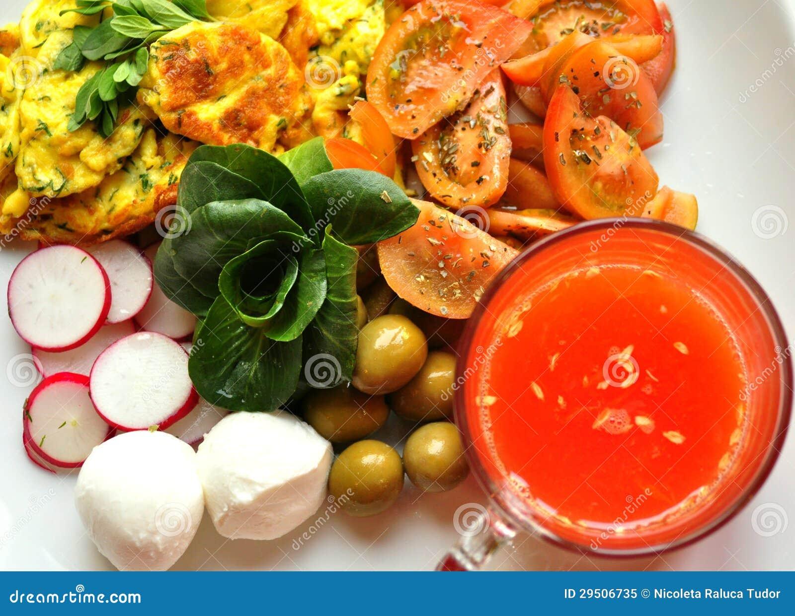 Gezond Mediterraan ontbijt met omelet, kaas en jus d orange