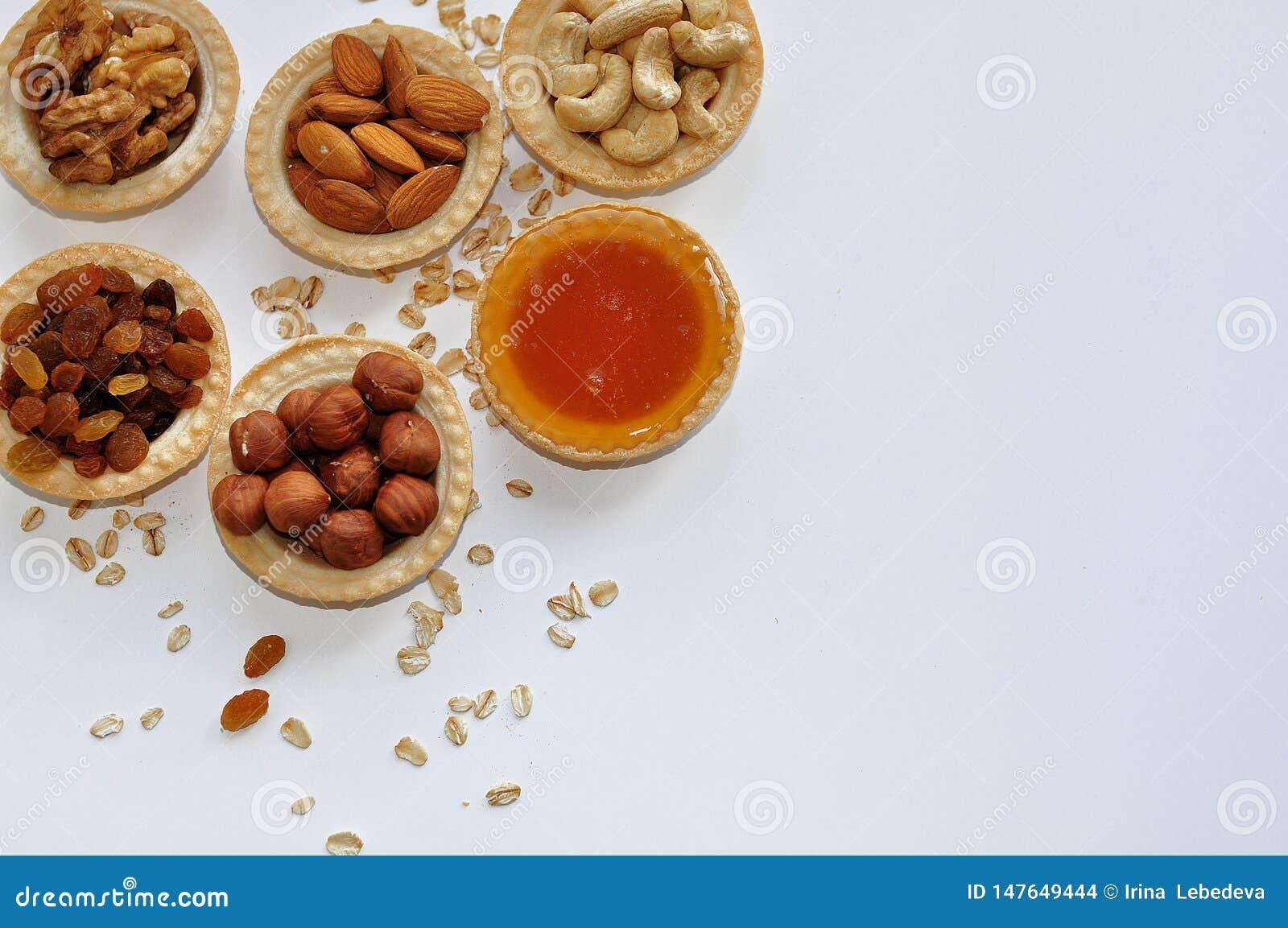 Gezond Ontbijt van droge vruchten en noten met honing