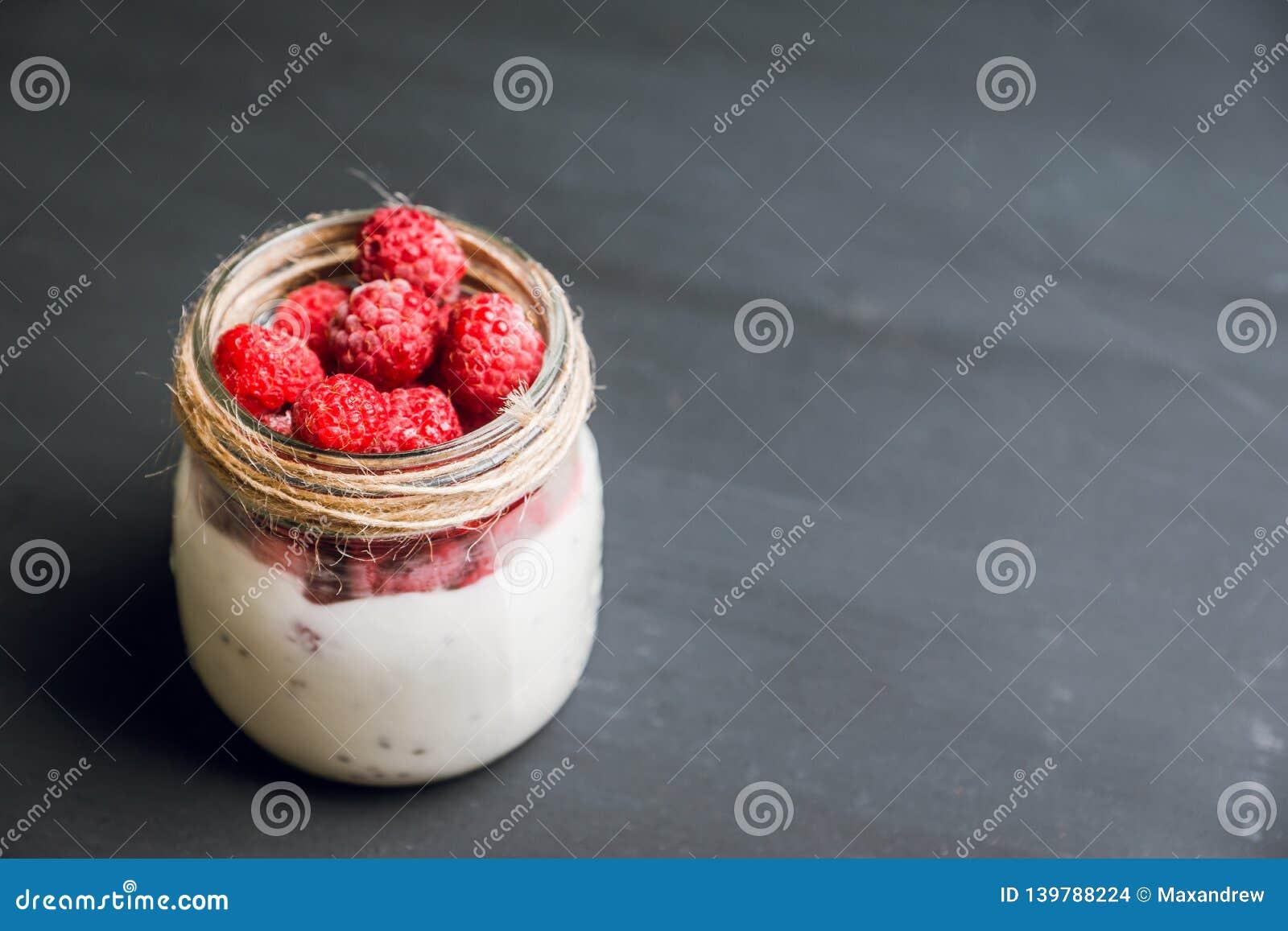 Gezond verfrissingontbijt met yoghurt, bevroren framboos en chiazaden