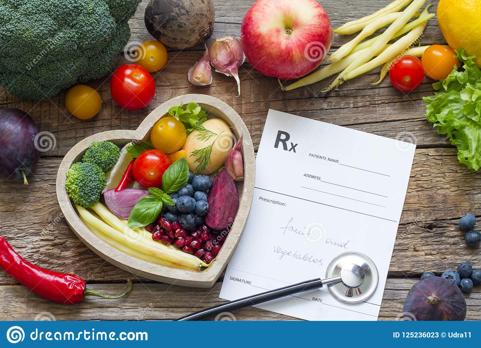 Gezond voedsel in hartstethoscoop en medisch voorschriftdieet en geneeskundeconcept
