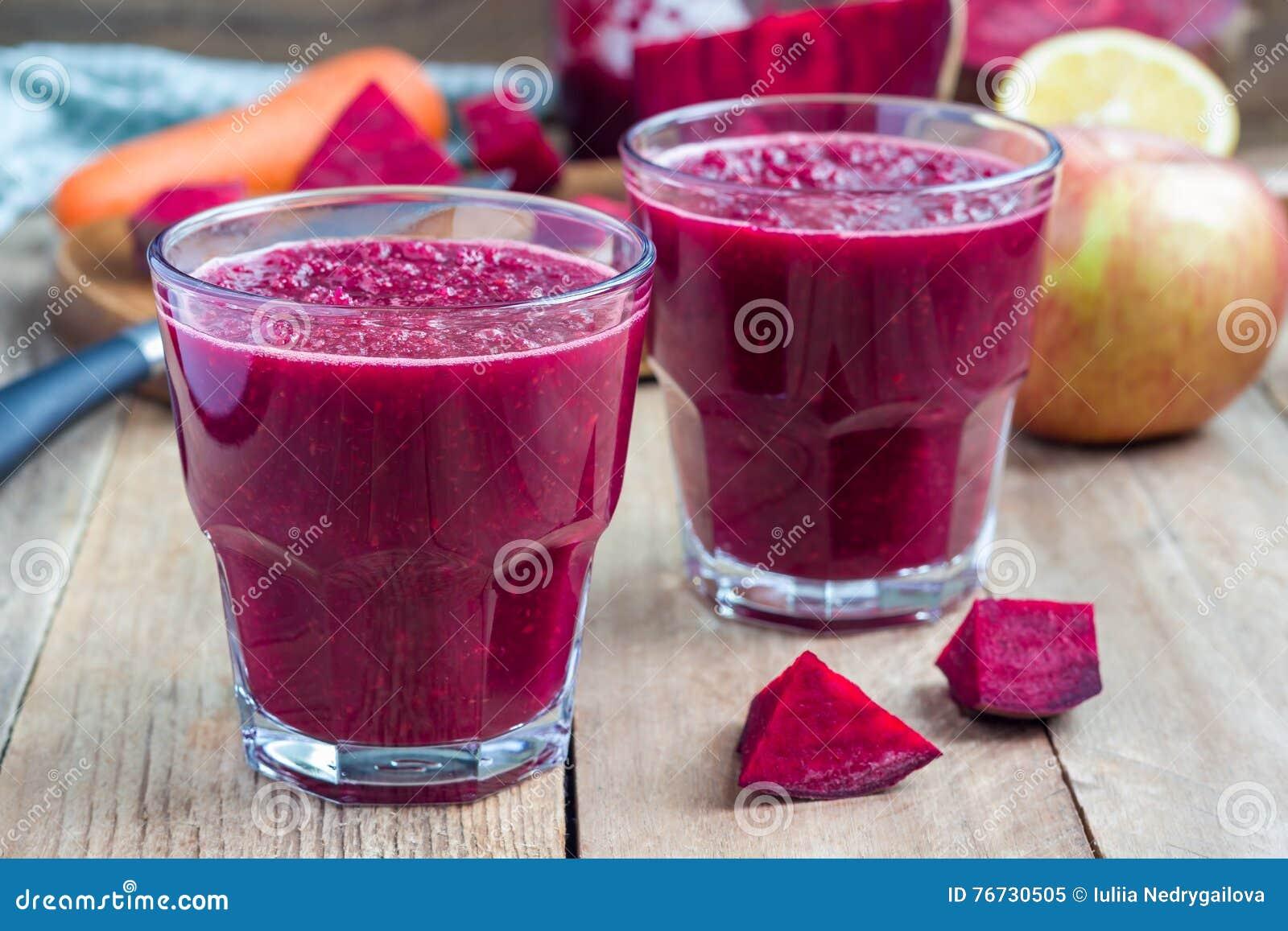 Gezonde detoxbieten, wortel, appel en citroensap smoothie, horizontaal