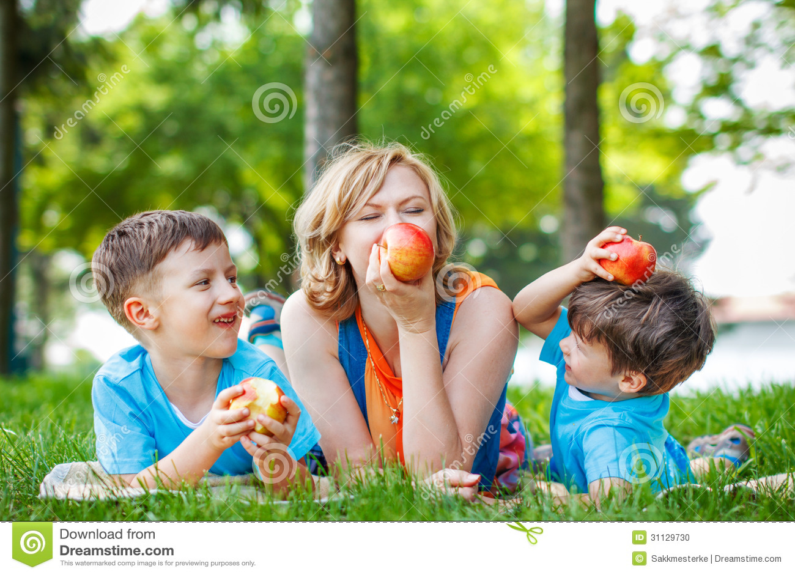 Gezonde familie met appel