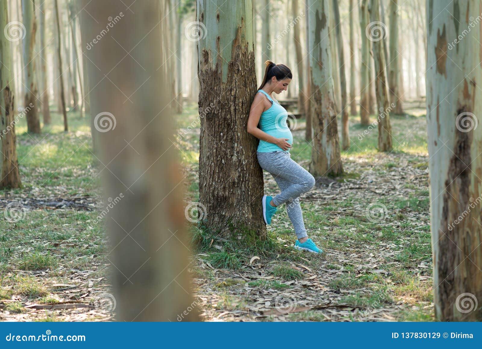Gezonde geschiktheids aanstaande moeder die een trainingrust neemt