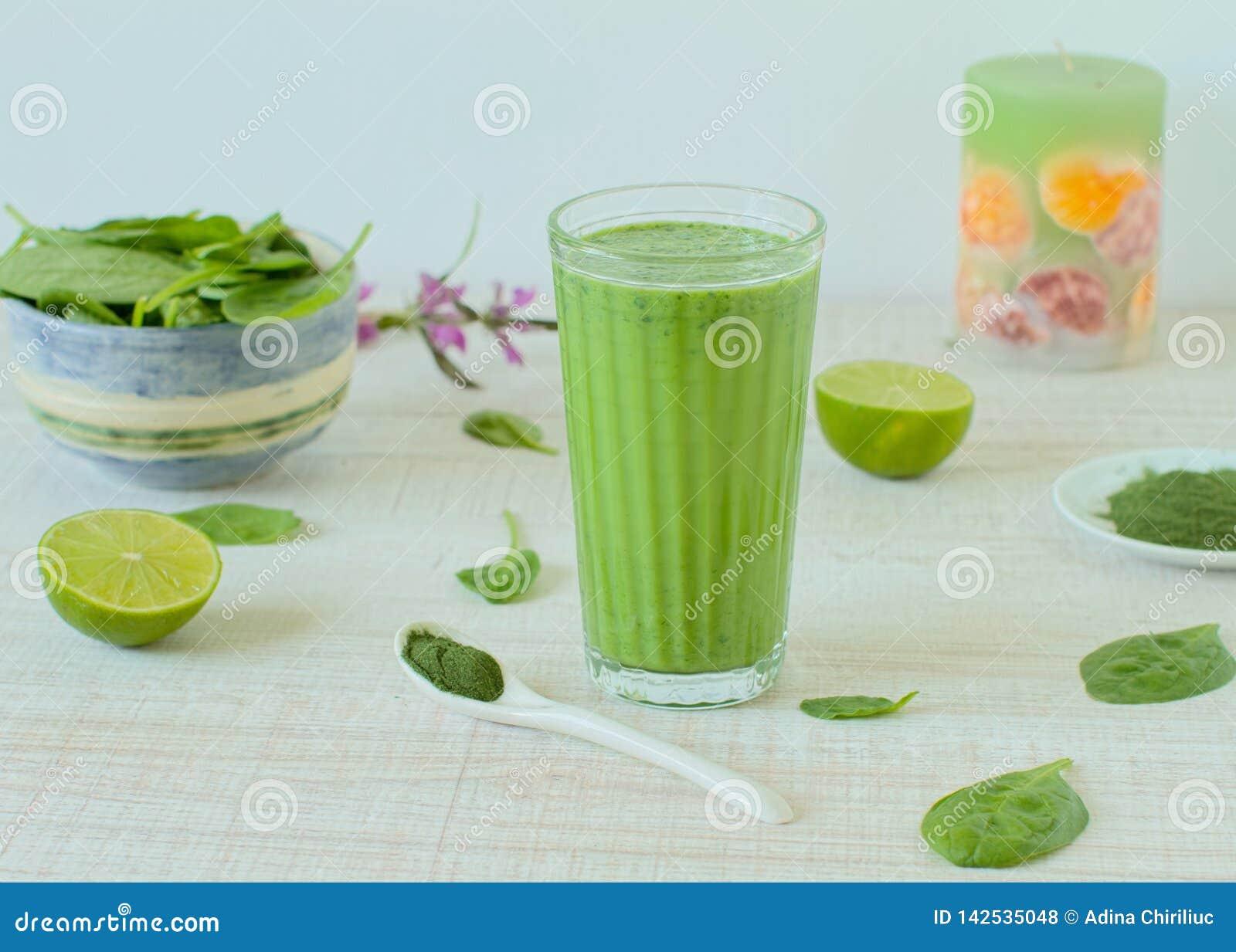 Gezonde groene smoothie in een glas
