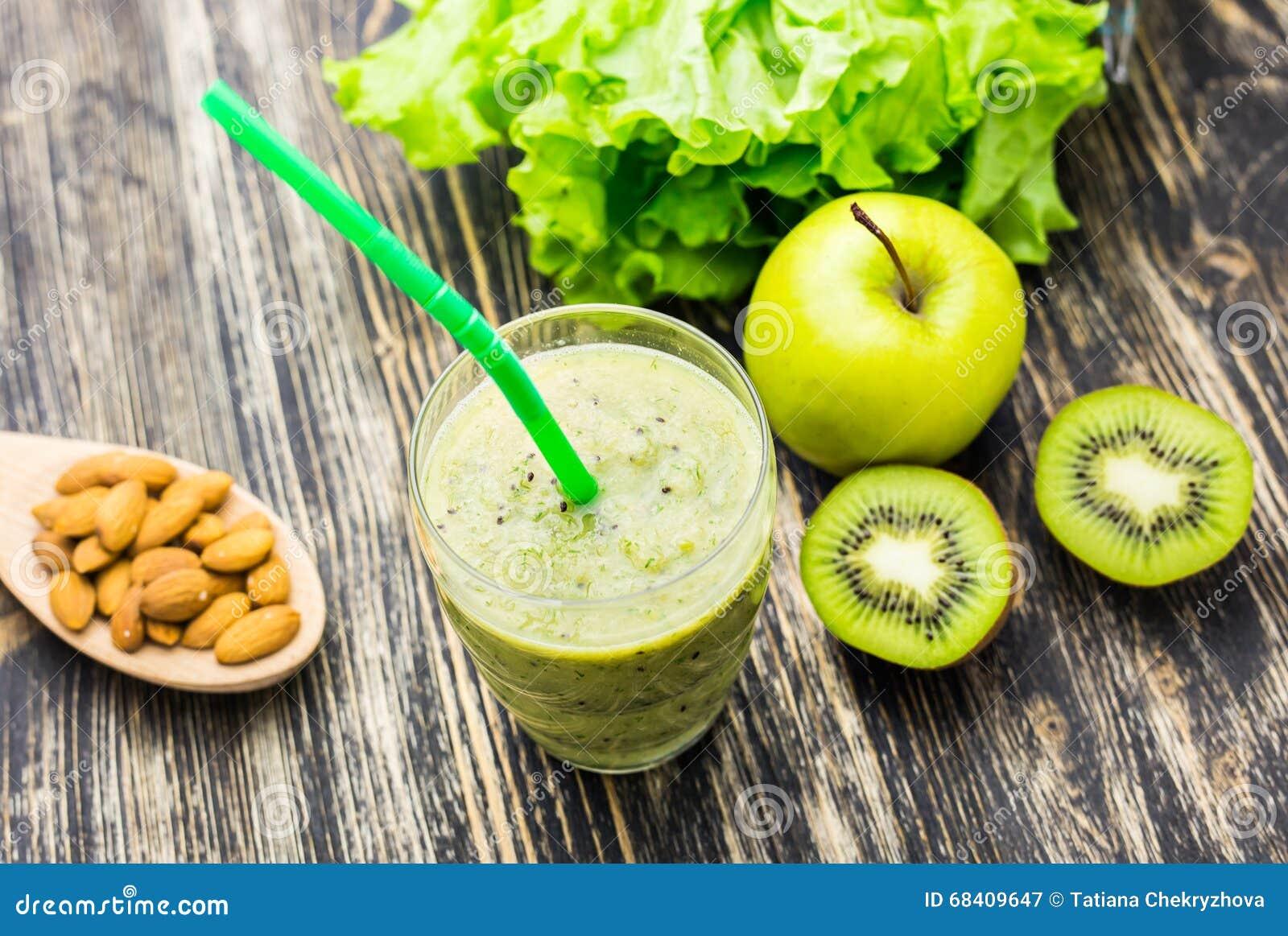 Gezonde groene smoothie met kiwi en appelen op houten achtergrond