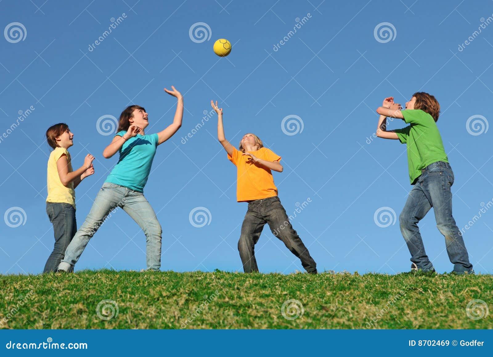 Gezonde jonge geitjes die bal in openlucht spelen
