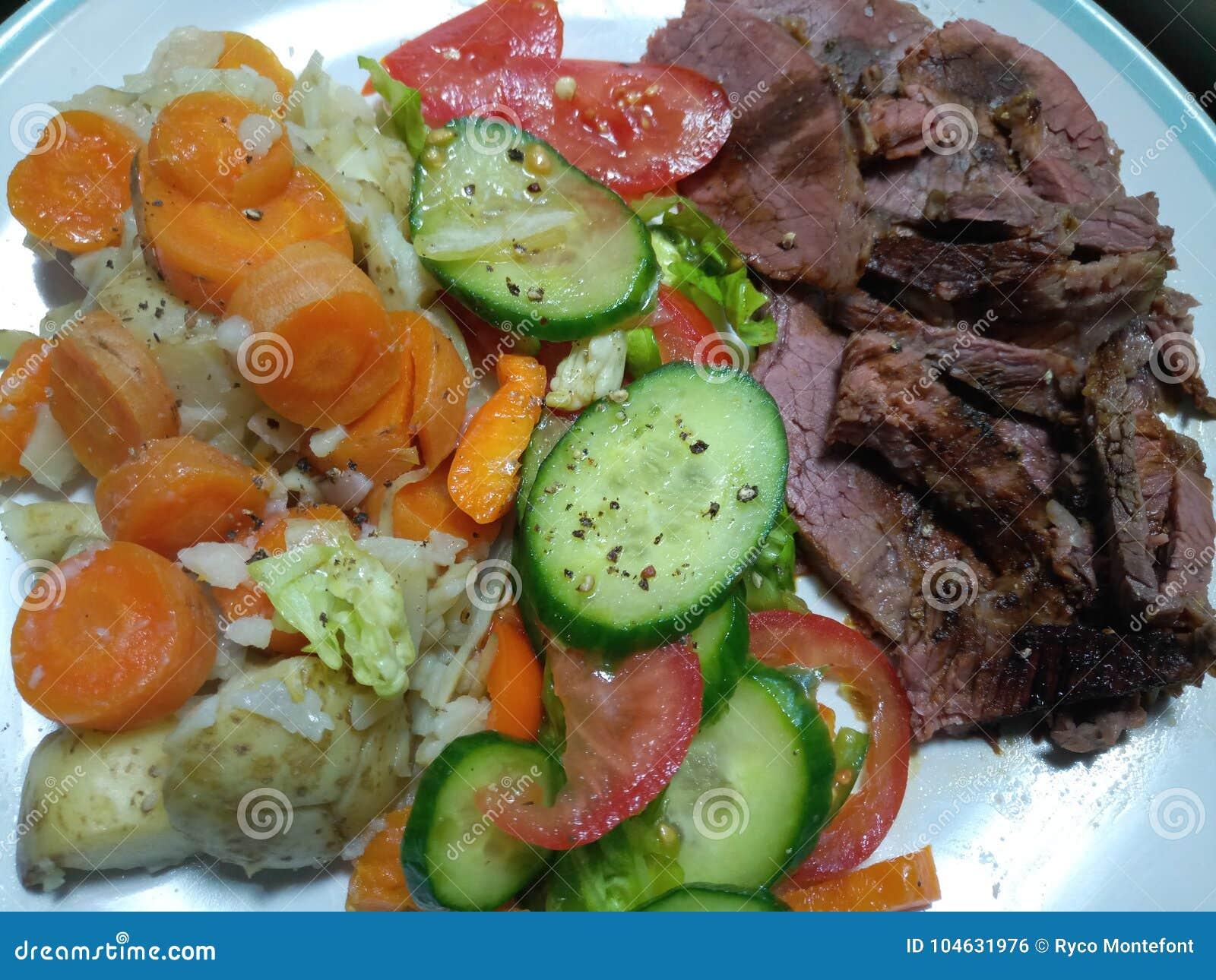 Download Gezonde Maaltijd Met Zeldzame Gekookte Vleessalade En Hete Aardappels En Wortelen Stock Foto - Afbeelding bestaande uit aardappels, gediend: 104631976