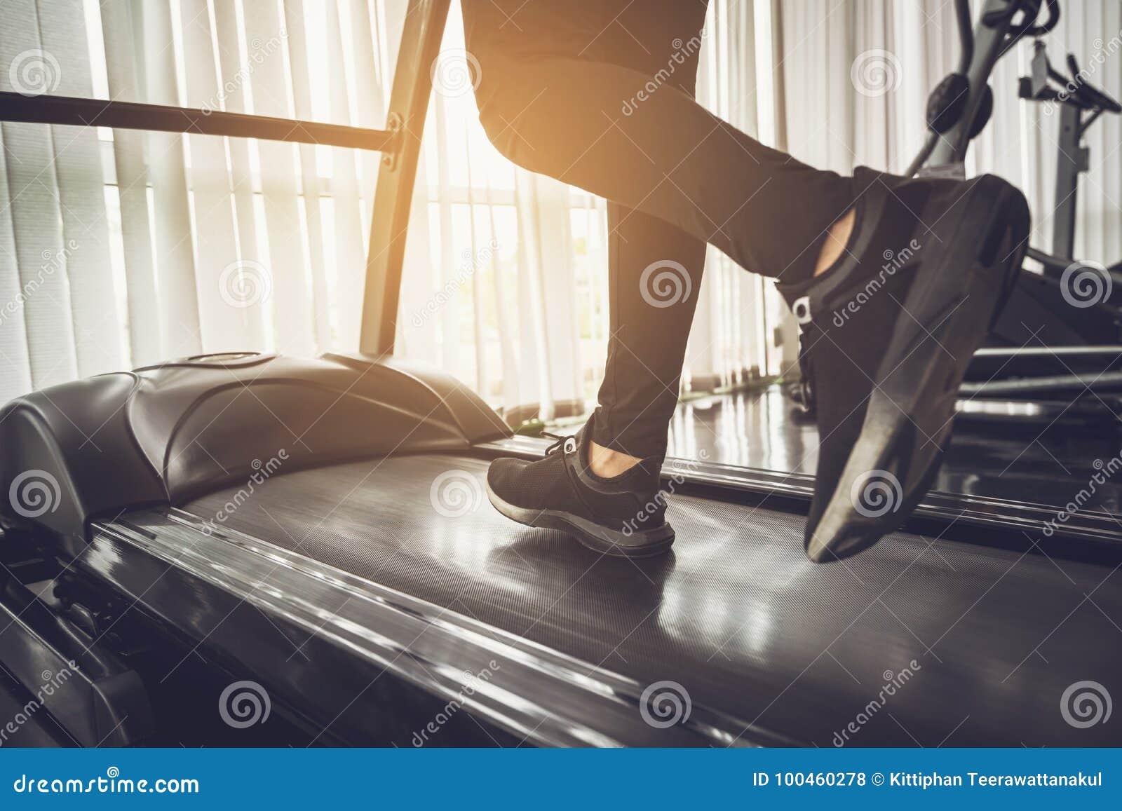 Gezonde Mensen die op machinetredmolen bij geschiktheidsgymnastiek lopen
