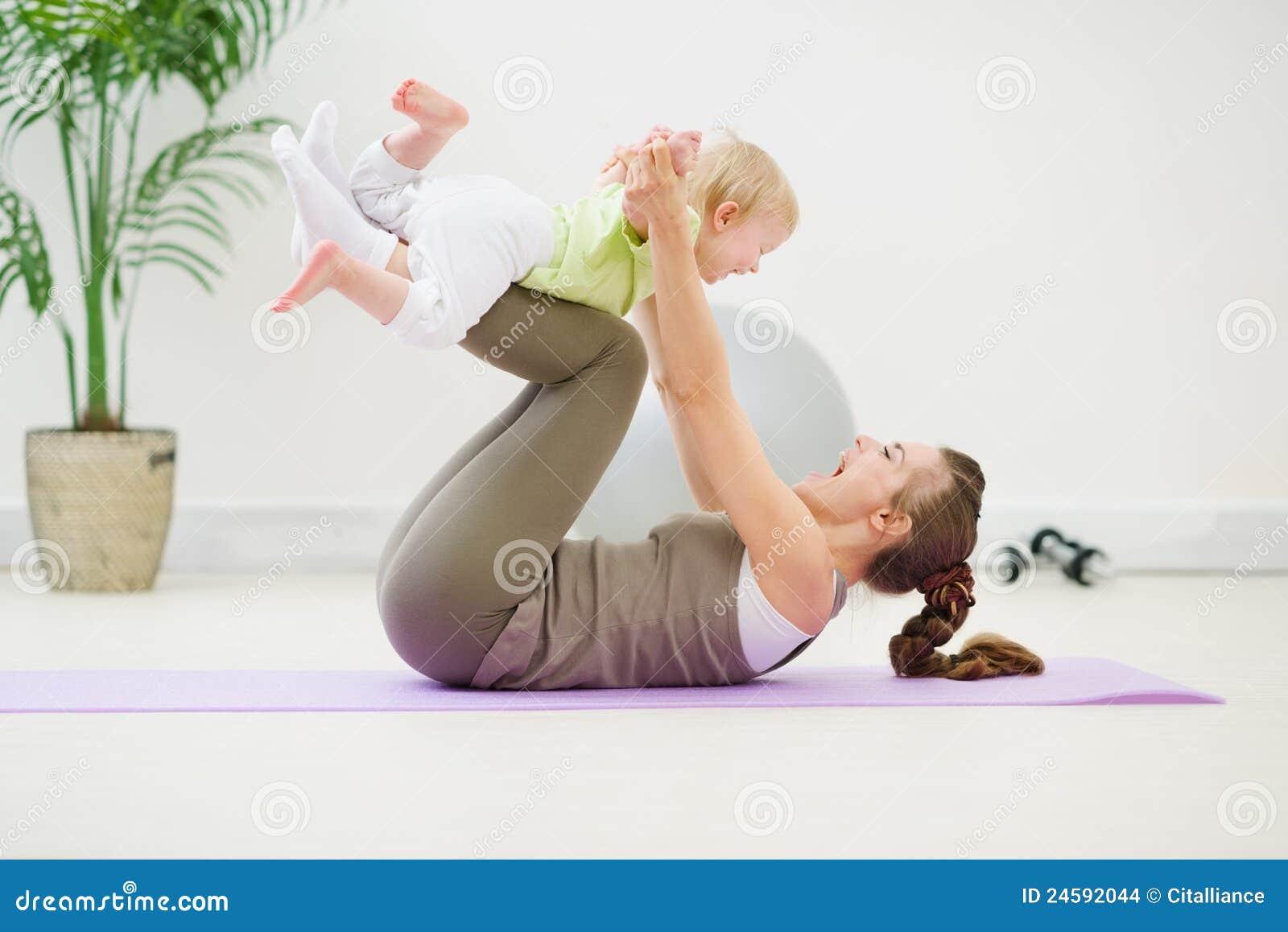 Gezonde moeder en baby die gymnastiek maken