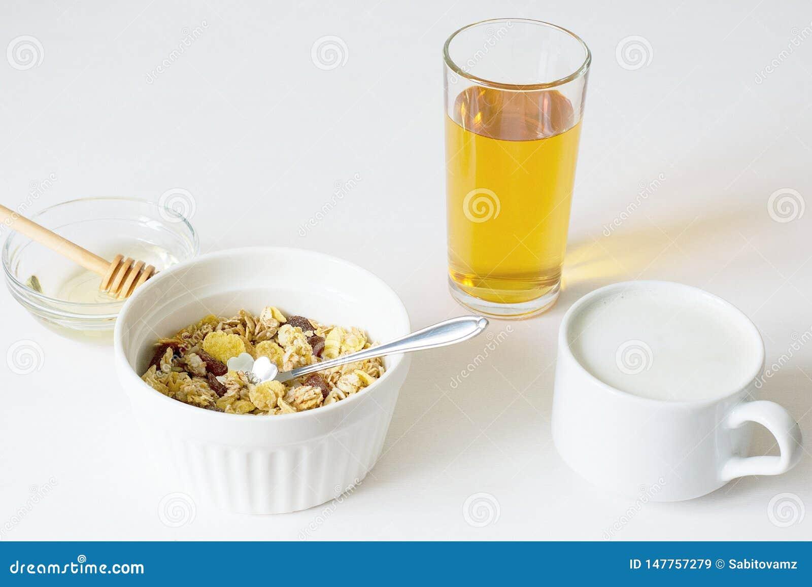 Gezonde ontbijt Verse granola op een witte achtergrond