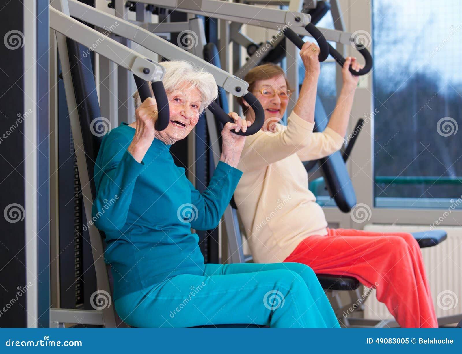 Gezonde Oude Vrouwen die bij de Gymnastiek uitoefenen