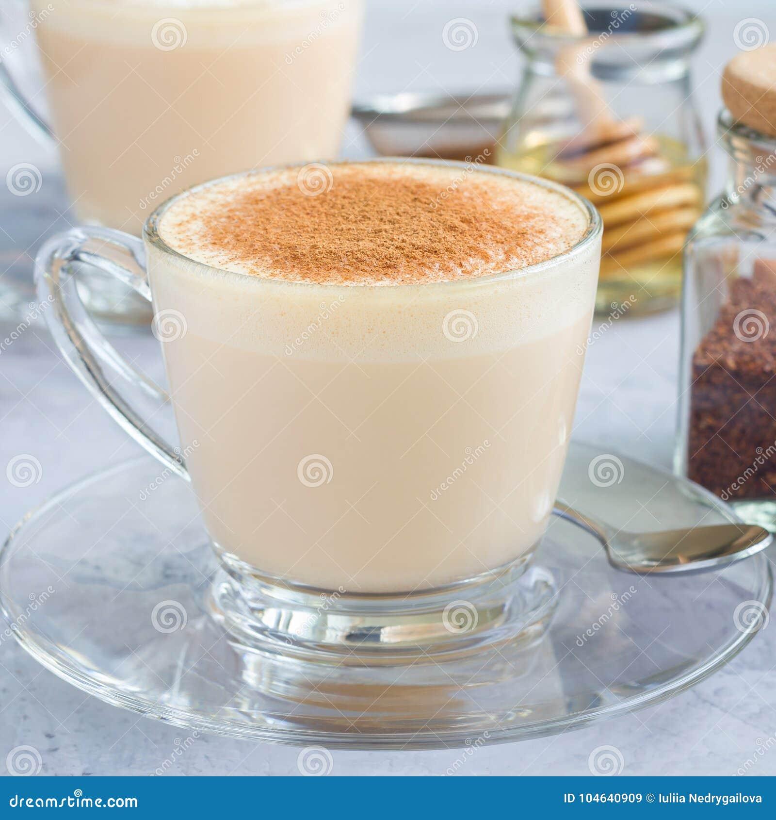 Download Gezonde Rooibos Rode Die Thee Latte Met Kaneel, In Glaskop En Ingrediënten Op Achtergrond, Vierkant Wordt Bedekt Stock Afbeelding - Afbeelding bestaande uit droog, latte: 104640909