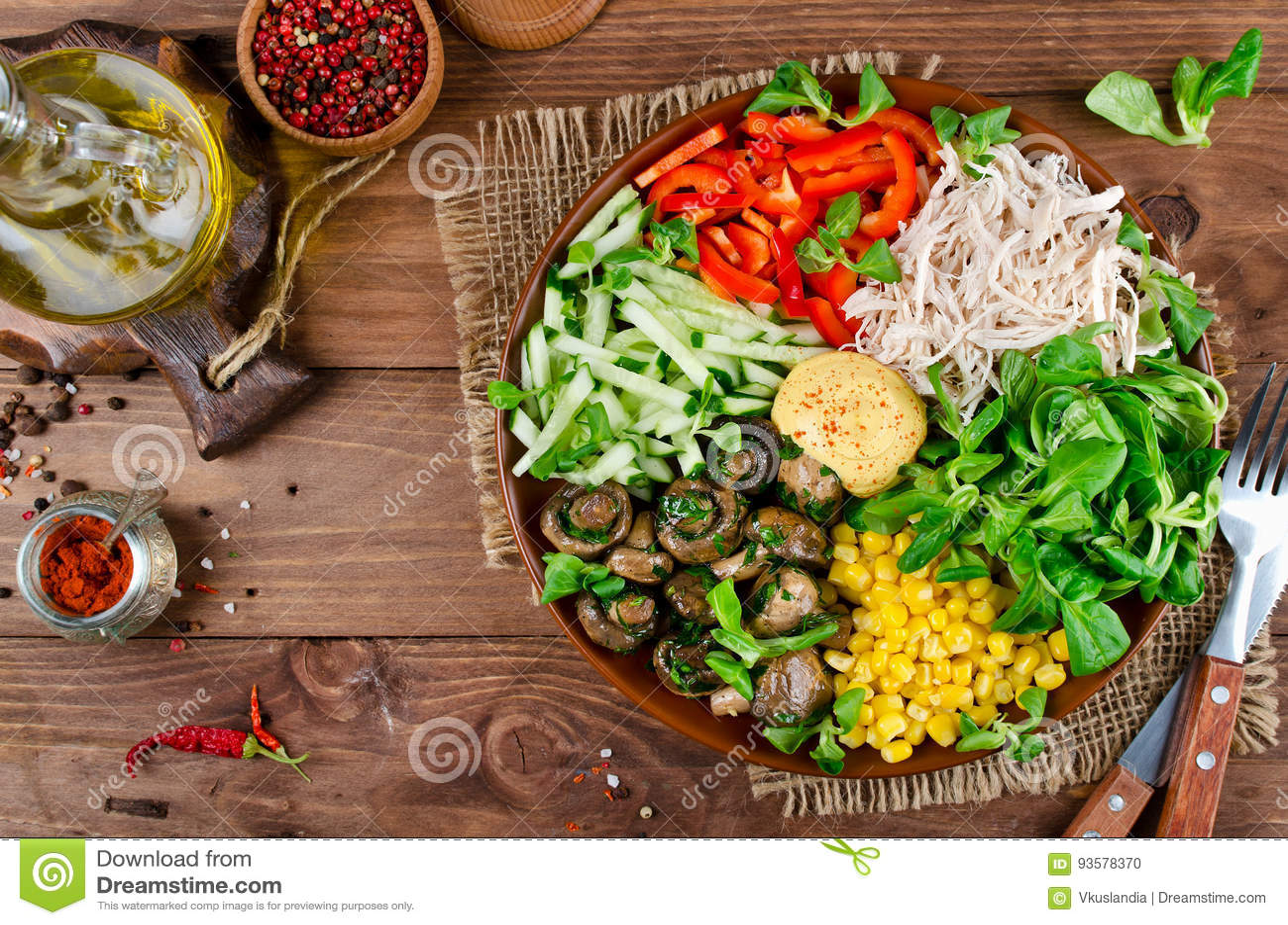 Gezonde saladekom met kip, paddestoelen, graan, komkommers, swe